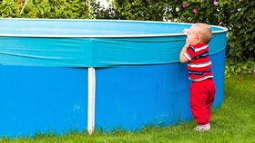 V bazénu se topil roční chlapeček: Srdíčko mu naskočilo po půl hodině, bojuje o život!