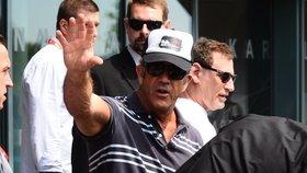 Mel Gibson je ve Varech! Přílet provázejí manýry, na fanoušky se vykašlal
