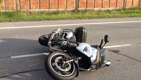 Motorkář se snažil vyhnout autu, i tak skončil na zemi: Policisté shánějí svědky nehody