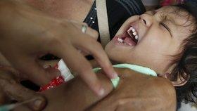 Spletli si obal a naočkovali děti anestetikem: Patnáct jich zemřelo