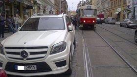Kmotr v mercedesu zablokoval centrum Prahy: Atmosféra byla na lynč, popisuje cestující