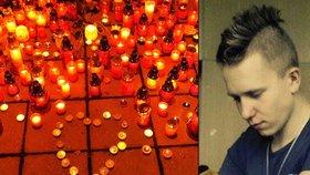 Tragédie ve Žďáře: Před školou hoří stovky svíček na památku ubodaného Petra