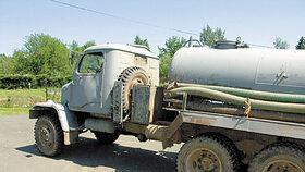 Vývoz septiku skončil tragicky: Muž (†83) na Kladensku spadl pod fekální vůz, nepřežil
