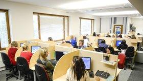 Operátoři v call centrech chtějí víc peněz a lepší židle. Ženám volají i onanující muži
