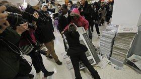 Šílenství v obchodech na Black Friday: Rvačky a řev kvůli 40palcové televizi za 1800!