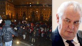 Petice proti prezidentovi: Demonstranti ji na Hradě předali Zemanovi!