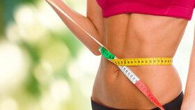 Ploché břicho? Vyzkoušejte osvědčené cviky, které zvládnete večer u televize!