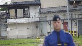 Vězeňský dozorce spáchal sebevraždu během služby: Kolegové se ho snažili zachránit