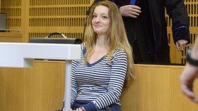 Blonďatá hyena Brožová: Okrádala seniory, u soudu se smála