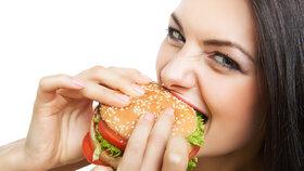 Fast food a hubnutí? Salátům se vyhněte, lepší může být párek v rohlíku