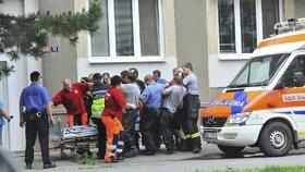 Obézní opilec zaměstnal zlínské strážníky: Pod mužem se třemi promile praskla nosítka