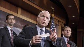 """""""Dej rakovině co proto."""" Vlivný senátor McCain má velmi zhoubný nádor mozku"""
