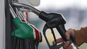 Autem se projedeme opět dráž. Ceny nafty a benzinu rostou po měsících stagnace