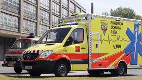 Agresivní muž napadl zdravotní sestřičku a zřízence, pak vyskočil z okna: Zemřel!