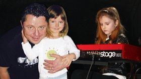 Osmiletá dcera zesnulého Muka: Na koncertě zahrála tátovi na klavír!