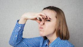Zápach z úst, nohou nebo potu: Jak se jich zbavit?