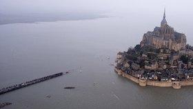Francii zasáhly po zatmění Slunce stoleté vlny! Slavné opatství odřízl příliv