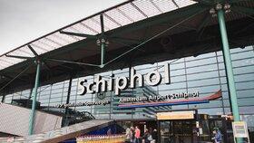 Drama na letišti v Amsterodamu: Muž s nožem ohrožoval cestující