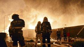 Ohnivé peklo: Požár zabil v čínském hotelu nejméně 18 lidí. Byl špatně zabezpečený?
