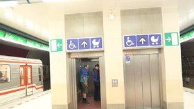 Další problémy nových výtahů v metru: Přejel horní stanici, jinému se poškodilo lano