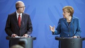 """Sobotka s Merkelovou """"nakousne"""" i uprchlíky. Odmítá její vítací politiku"""