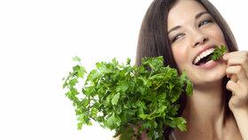 Jak uchovat bylinky čerstvé déle než týden? Stačí vám plastový kelímek!