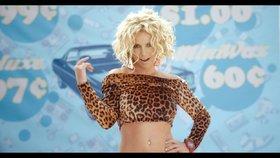 Britney v klipu předvádí ploché břicho. Realita je úplně jiná