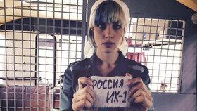 Členku Pussy Riot zase zatkli: Šila na náměstí ruskou vlajku