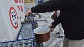 Druhé Dejvice: Ve středočeské obci lidem zakázali pít vodu! Nejspíš jsou v ní fekálie