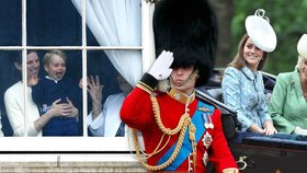 Královna slavila oficiální narozeniny! Princ George z toho byl u vytržení