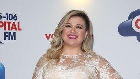Zpěvačka Kelly Clarkson ukázala špeky v krajkových šatech! Proč pořád tloustne?