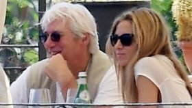 Richard Gere (65) se opaluje v Itálii s přítelkyní! Pak míří do Varů!