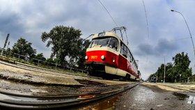 Tramvaje se na Libeňském mostě už nepotkají: Praha zakázala v jedné části souběžný provoz tramvají