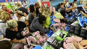 Šílenství kvůli botám: Gumové křusky rozebrali lidi za pár minut