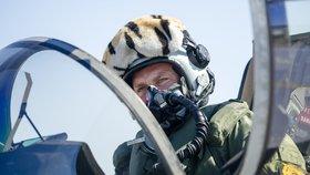"""Gripeny v ostré akci: Piloti """"obklíčili"""" letadlo a nakoukli mu do kokpitu"""