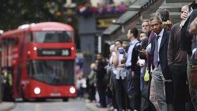 Velkou Británii zasáhl obří blackout. Stojí vlaky, potíže jsou na letištích