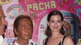Oranžový návrhář Valentino a porcelánová Anne Hathaway společně!