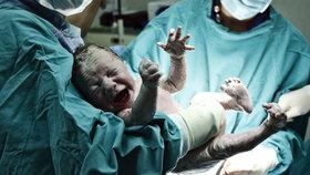 Žena začala předčasně rodit na záchodě. Díky všímavým lékařům dítě přežilo
