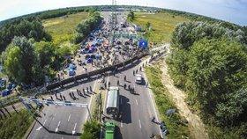 Střety na maďarské hranici skončily 300 zraněnými. Mezi nimi je 30 dětí