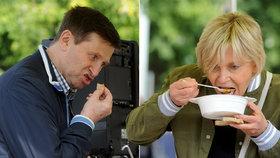 Tomu se říká »mít hlad jako herec«: Dietář Hrušínský s manželkou vzali gulášovku útokem!