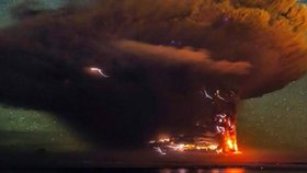 Snímky jako z konce světa: Nebezpečný vulkán se probudil k životu!