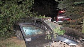 Tragická nehoda na Strakonicku: Pětadvacetiletý mladík nepřežil náraz do stromu