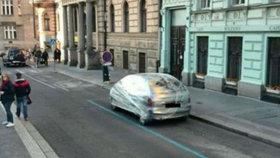 Auto v igelitu! Řidiče v Praze potrestali za špatné parkování