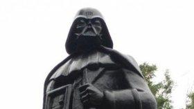 Vylepšil sochu Lenina: Z komunisty udělal Darth Vadera a připojil ho na internet
