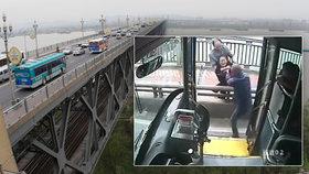 Všímavý řidič autobusu zachránil život mladé ženě. Bez jeho zásahu by skočila z mostu