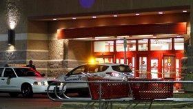 Hádka v nákupáku skončila přestřelkou: Muž, který zranil tři lidi, pláchnul!