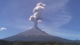 Mexická sopka začíná běsnit: Z Popocatépetlu stoupá kouř