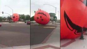 Vítr odfoukl obrovskou nafukovací dýni na silnici, tohle je skutečně hororový Halloween