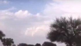 Saúdskou Arábii ničí povodně: Vody spadlo jako za 8 let, poušť se změnila v řeku