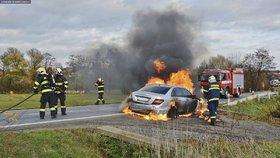 Řidiči začalo za jízdy hořet auto: Vyskočil na poslední chvíli